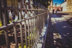 השג גדר לפרטיות לאחר המעבר לבית ליד רחוב סואן